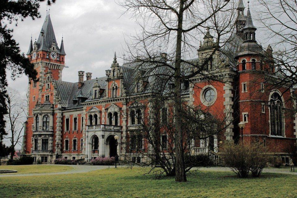 Piensa que si eres maleducado, la aristocracia polaca jamás te querrá vender castillos refinados como este, por muy superventas que seas.